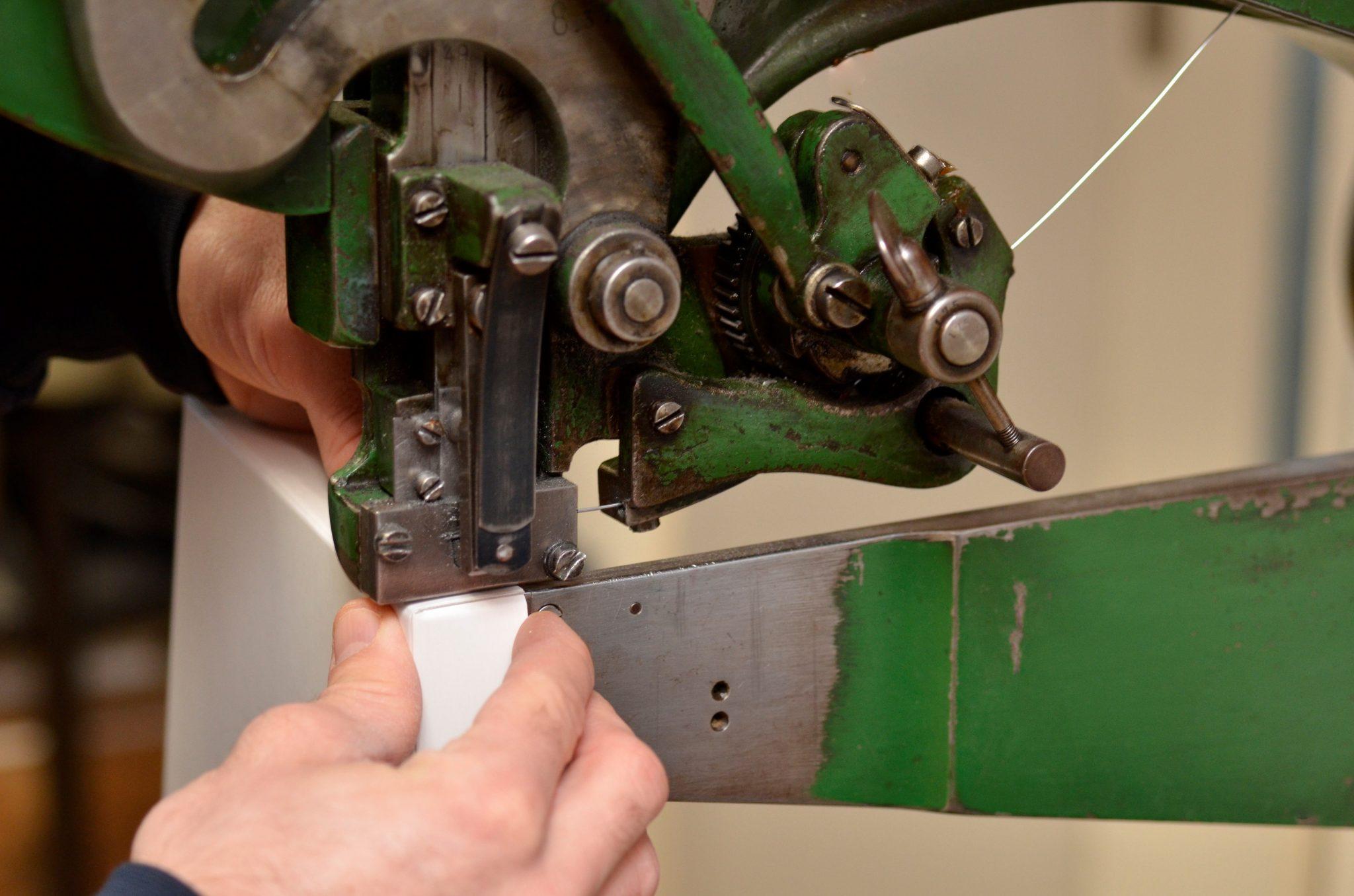 Herstellen-Kartonschachtel-Nageln